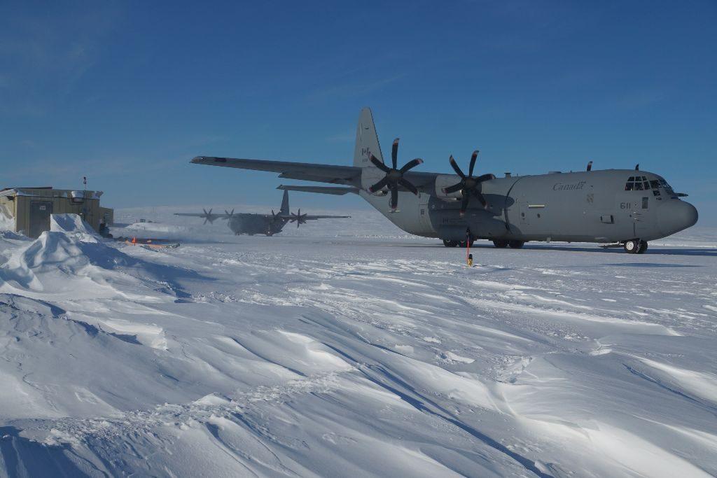 """CC-130J大力神飛機準備離開加拿大部隊站阿勒特帶來更多的燃料站,而另一CC-130J大力神方法在2015年4月21日的停車位在操作'Boxtop""""提供約30000升燃料。加拿大皇家空軍"""